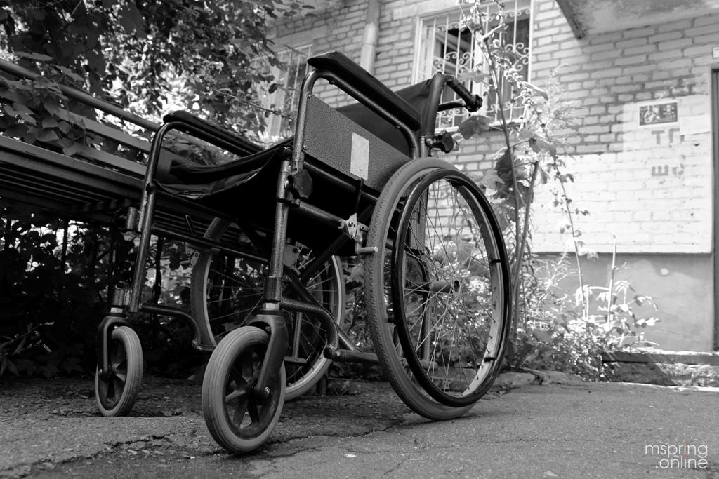 Мы паспрабавалі, як адчуваюць сябе людзі ў інвалідных калясках у Магілёве. Гэта цяжка (ВІДЭА)