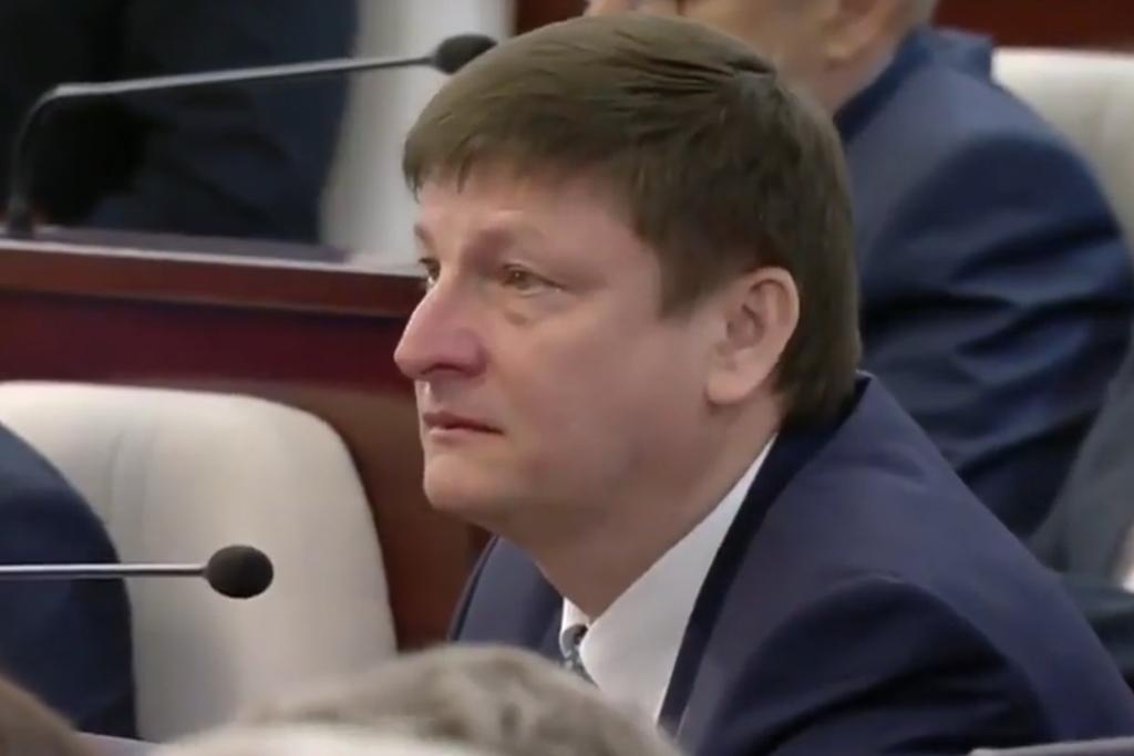 Відэафакт: магілёўскі дэпутат Ігар Марзалюк са слязамі на вачах слухае Лукашэнку