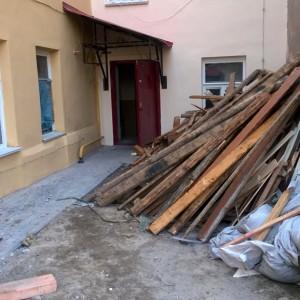 Насильственный ремонт: женщине сделали дыру в потолке во время прокладки вентиляции