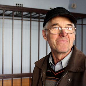 Суд над Страхом: пенсионера тайно доставили отдельно ото всех на гражданской машине