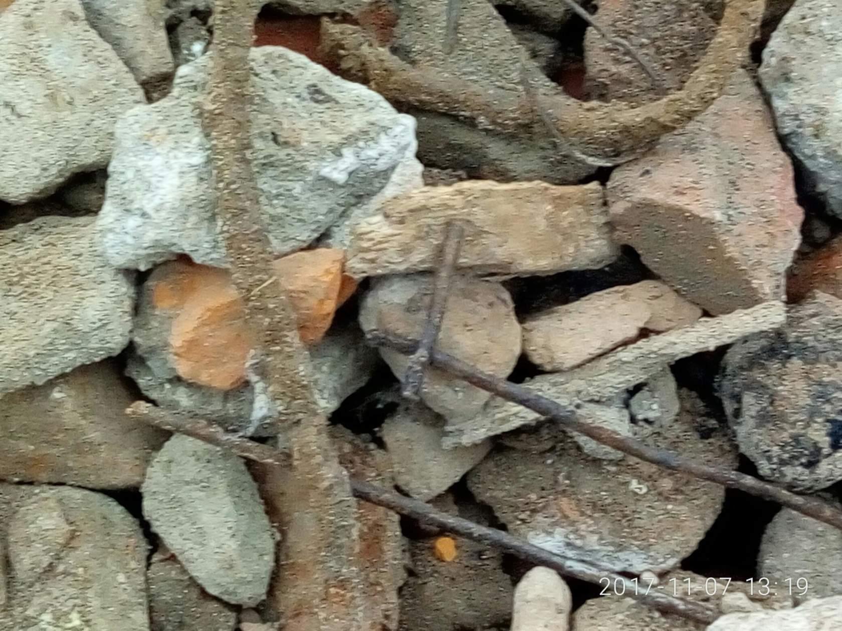Фотофакт: дорогу в деревне под Могилевом ремонтируют мусором