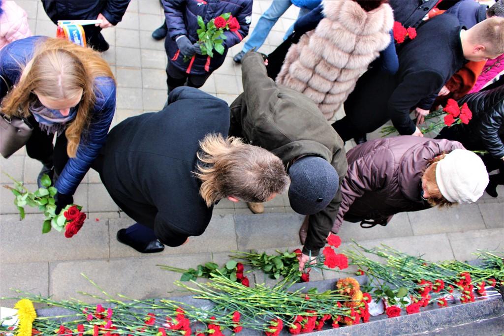 Крывадушнасць гарадскіх уладаў: менш, чым праз суткі ад помніка Леніна выкінулі ўсе кветкі (ФОТА)