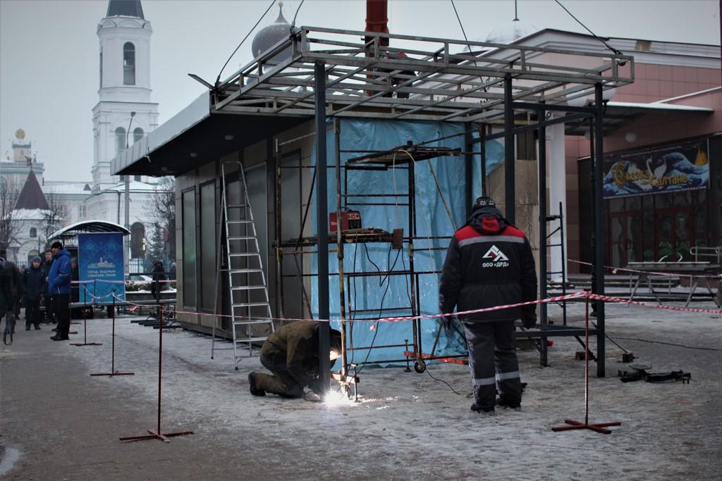 Напротив ценного здания театра кукол установили уродливый павильон. Театр и могилевчане – против