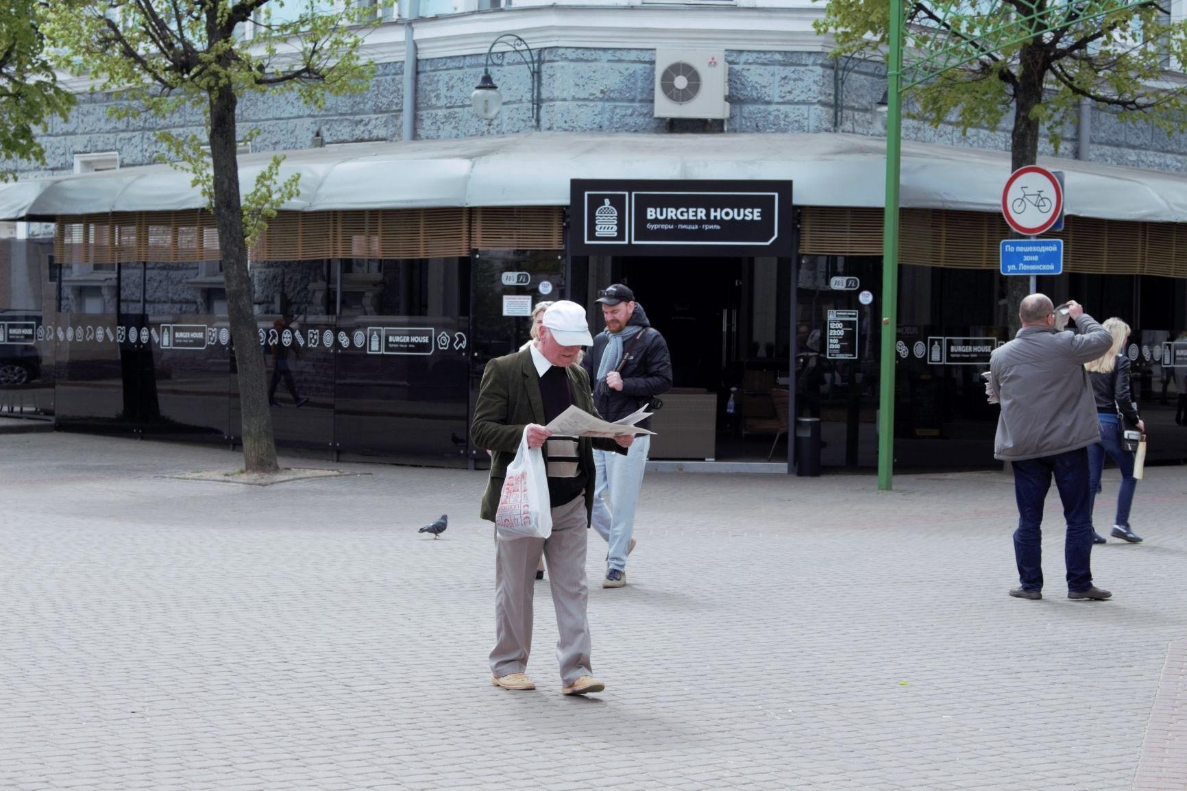 Журналисты бесплатно раздали могилевчанам сотни экземпляров «Народной воли»