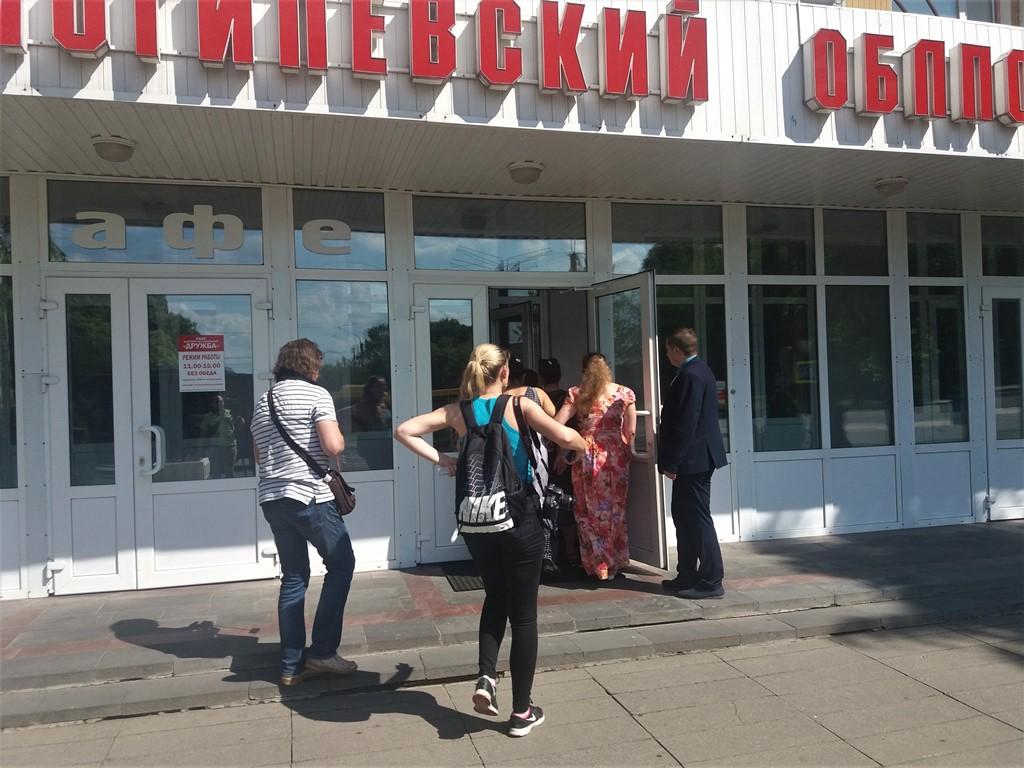 Власти неожиданно решили встретиться и договориться с цыганами. Приехала даже Кочанова