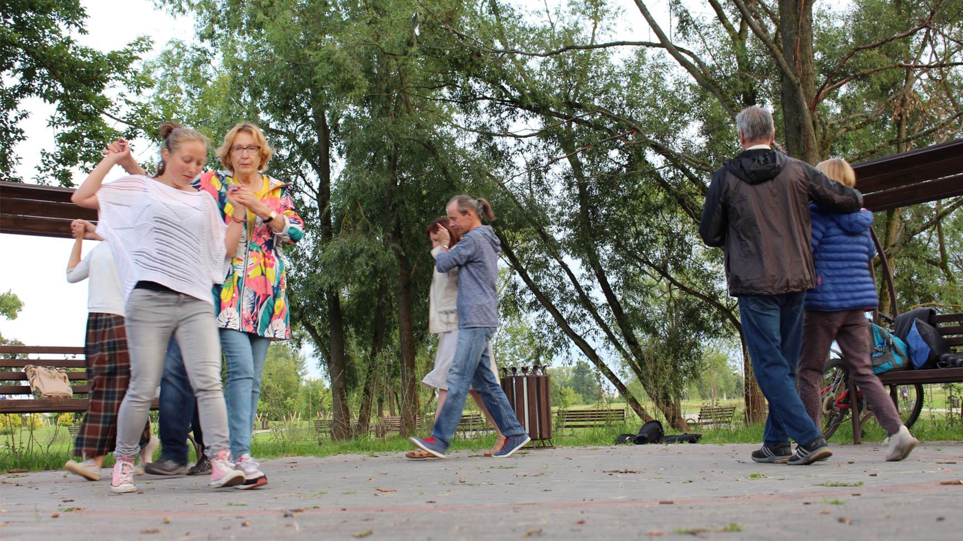 Як у самым сэрцы прарасейскага Магілёва танчаць і вучаць танцаваць беларускія народныя танцы (ВІДЭА)